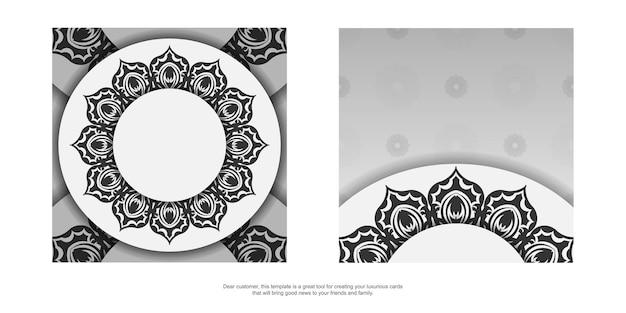 검정색 만다라 장식이 있는 흰색의 바로 인쇄 가능한 엽서 디자인. 텍스트 및 패턴을 위한 공간이 있는 초대 템플릿입니다.