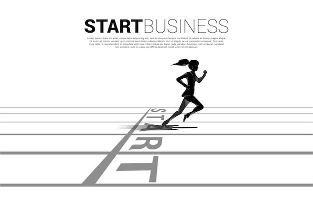 경력과 사업을 시작할 준비가 되었습니다. 출발선에서 달리는 경제인의 실루엣입니다.