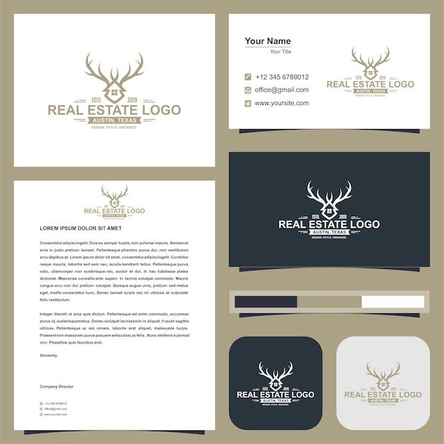 부동산 또는 건물 또는 가정 로고 및 명함이 있는 사슴 뿔 개념
