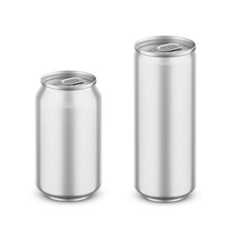 リアルなアルミ缶セット。ビール、ソーダ、ジュース、コーヒー、レモネード、エナジードリンク用の空白の薄い金属製ボトル。空の飲み物の容器。白い背景で隔離の図