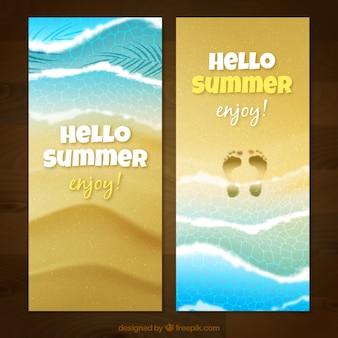 Bandiere realistiche di spiaggia con orme sulla sabbia