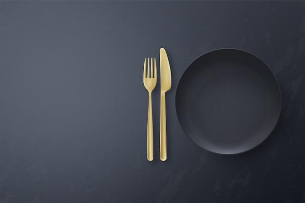 Реалистичная пустая черная тарелка со столовыми приборами на черном фоне