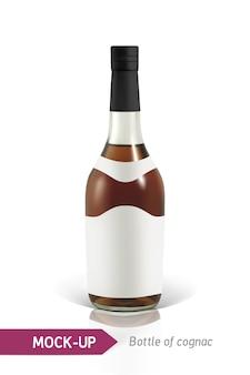 反射と影のコニャックの現実的なボトル。ラベルデザインのテンプレートです。