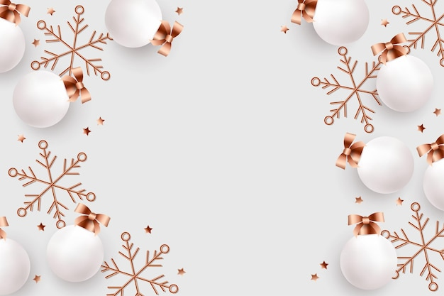 Реалистичные новогодние шары и золотые снежинки на светлом фоне