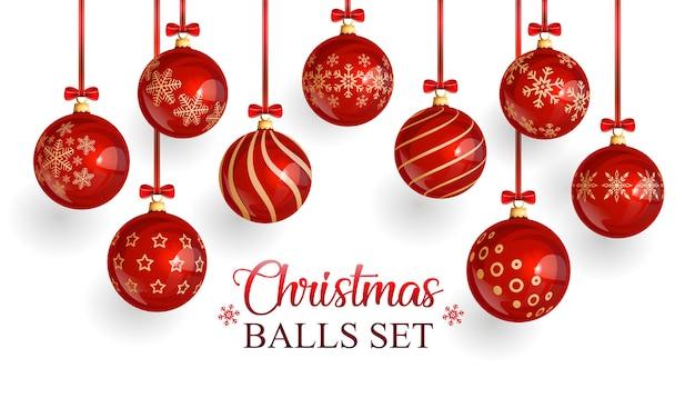 눈송이 패턴이 있는 빨간색 유리로 만든 현실적인 크리스마스 공. 빨간 리본이 달린 빨간 리본