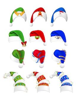 현실적인 크리스마스 모자 컬렉션을 설정합니다. 리얼리즘 스타일의 그림은 다른 각도로 파란색 빨간색 녹색 산타 클로스 모자를 그려.