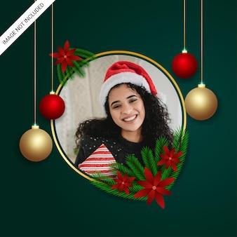 緑の葉の赤い花と金色の丸い写真の炎と赤いボールと現実的なクリスマスのフォトフレーム