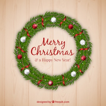 Реалистичный рождественский венок с красными и серебряными шарами