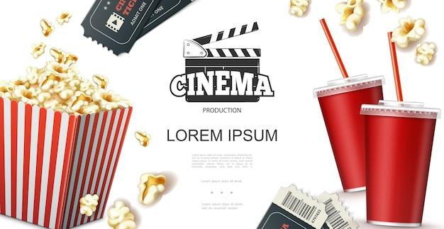 Concetto di elementi di cinema realistico con soda in biglietti per bicchieri di carta ciak e popcorn in rosso