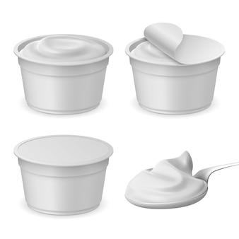 ヨーグルト付きのリアルな開閉包装カップとスプーン。チーズ、サワー、またはアイスクリームのプラスチックパッケージのモックアップ。 3d乳製品ベクトルセット。テイクアウト用のデザート付きバケツ