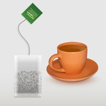 Реалистичная чашка чая и чайный пакетик в форме