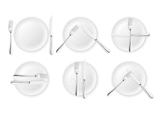 リアルなカトラリーとテーブルマナーの兆候、白い背景で隔離のベクトルアイコン。フォーク、ナイフ、皿皿のセット。デザインテンプレート、食器のモックアップ。上面図。