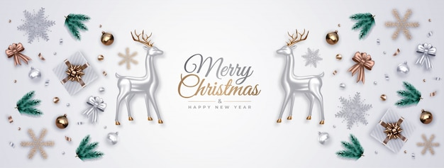 銀ガラスの鹿、松の枝、ギフト、装飾品、雪片、クリスマスボールの現実的な装飾的組成物。上面図。