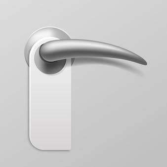 현실적인 도어 행거. 빈 종이는 금속 문 손잡이, 호텔 문을 위한 격리된 플라스틱 또는 판지 옷걸이에 있는 기호를 방해하지 않습니다. 플라스틱 서비스 레이블이 있는 벡터 모형 템플릿 강철 손잡이
