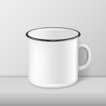 흰색 테이블에 현실적인 에나멜 금속 흰색 찻잔 근접 촬영 서. 디자인 템플릿