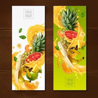 Коллекция баннеров с реалистичными фруктовыми соками с композициями из кусочков фруктов и листьев на градиенте