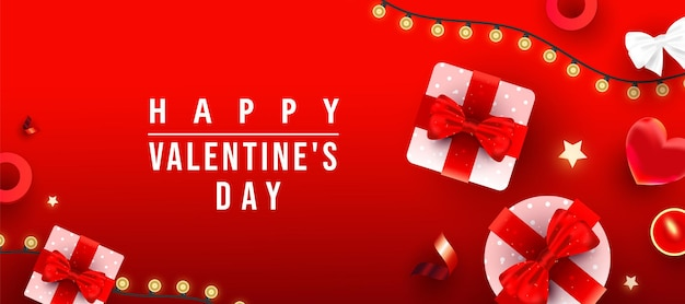 현실적인 선물 상자, 사랑 모양, 반짝이 골드 별 장식, 빨간색 그라데이션 배경에 축하 텍스트가있는 촛불.