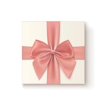 Реалистичные значок подарка с розовым бантом на белом фоне.