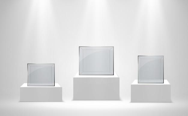 Реалистичная стеклянная коробка или контейнер на белой подставке.