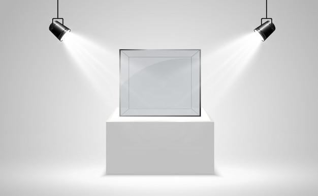 Реалистичная стеклянная коробка или контейнер на белой подставке