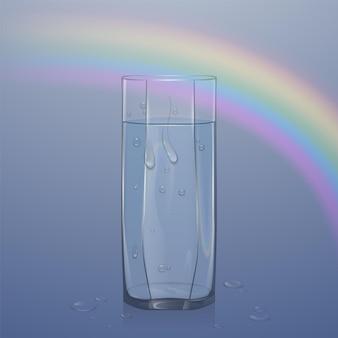 明るい背景に水で満たされたリアルなガラス、水滴のある透明なガラス、