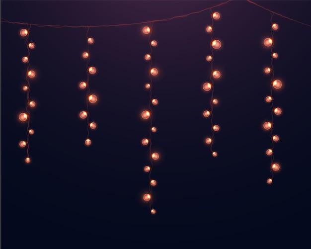 현실적인 빛나는 화환. 크리스마스 휴가의 디자인에 빛나는 조명.