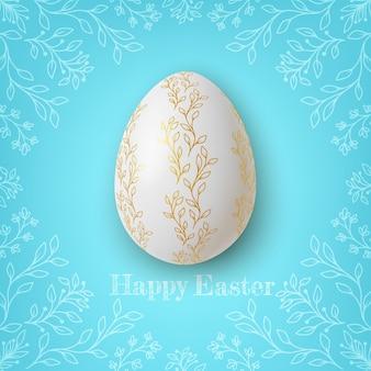 青い背景に花の飾りとリアルな金と白のイースターの卵。