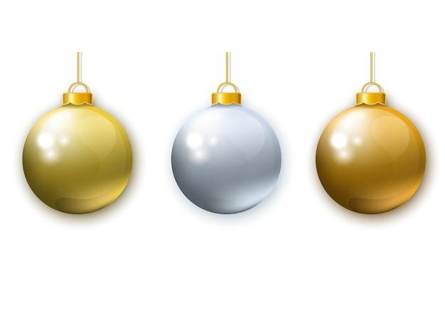Реалистичные золотые серебряные новогодние шары на белом фоне