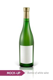反射と影と白い背景の上の白ワインの現実的なgreeボトル