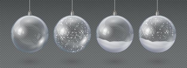 空で雪のあるリアルな吊りガラスのクリスマスボール。 3dクリスマスツリーの装飾、雪片ベクトルセットと透明な結晶球。クリスマスの休日のお祝いの装飾、雪が降る泡