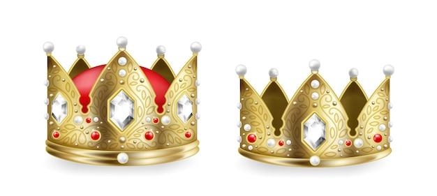 Реалистичные короны короля и королевы. 3d золотой королевский головной убор монарха с коллекцией драгоценных камней, геральдическим символом и символом коронации. средневековая роскошь вектор для императорского королевства, изолированные на белом фоне