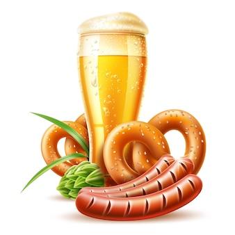 Реалистичный пивной бокал с золотыми пузырьками, крендель, колбаса, зеленый хмель для октоберфеста
