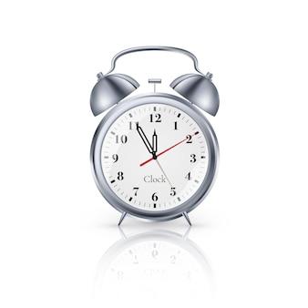 白い背景の上の現実的な金属の目覚まし時計。ベクター