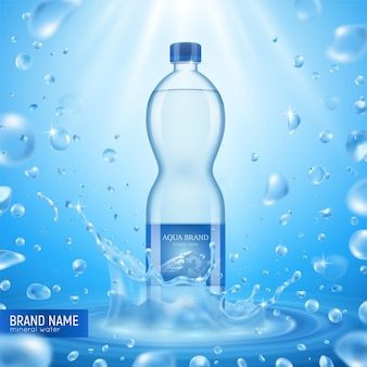 飛んでいる滴の日光のテキストとプラスチック包装のイラストがたくさんあるリアルなミネラルウォーターボトルの構成、