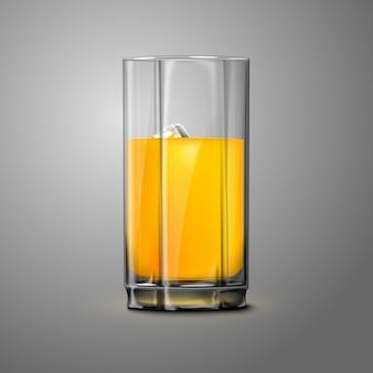 灰色の背景に分離された氷と現実的なオレンジジュースガラス