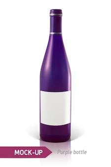 白い背景の上の現実的な紫色のワインまたはカクテルのボトル