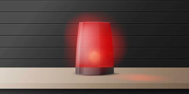 リアルな赤い警報サイレンが木製のテーブルの上に立っています。警告サイン。