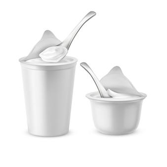 現実的な2つの空の鍋は、開いた箔の蓋、プラスチックの容器または瓶のスプーン、