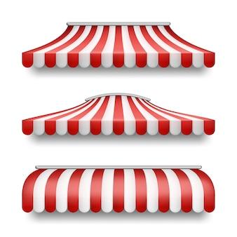 Set realistico di tende a strisce isolato su sfondo.