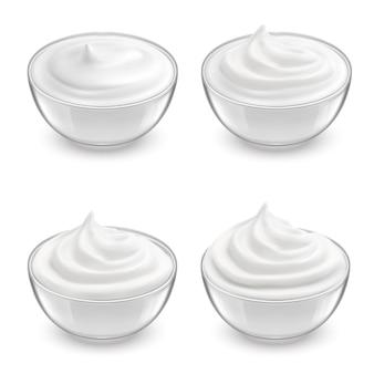 Set realistico di ciotole trasparenti con panna acida bianca, maionese, yogurt, dessert dolce.
