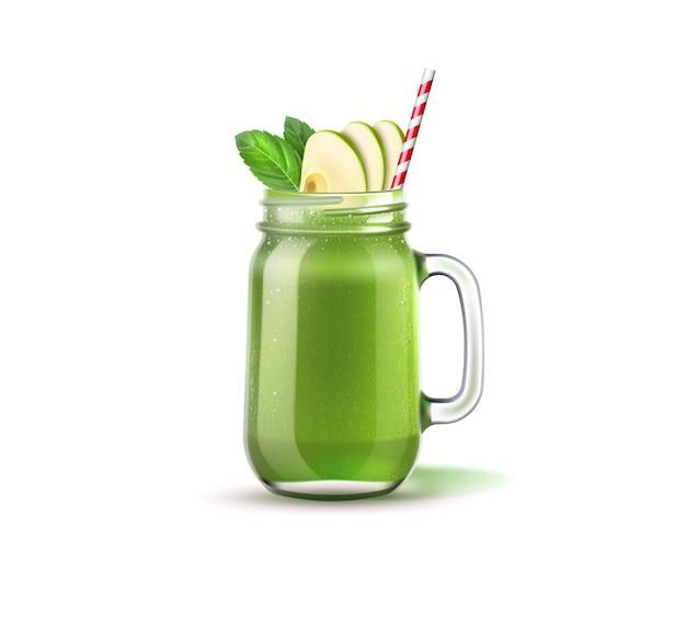 リンゴのスライス、緑の葉、ストローが付いたリアルなスムージーメイソンジャー。緑の果物と野菜がガラスの瓶に混ざっています。健康的なダイエットのためのデトックスカクテル。ほうれん草、キウイ、セロリが揺れます。