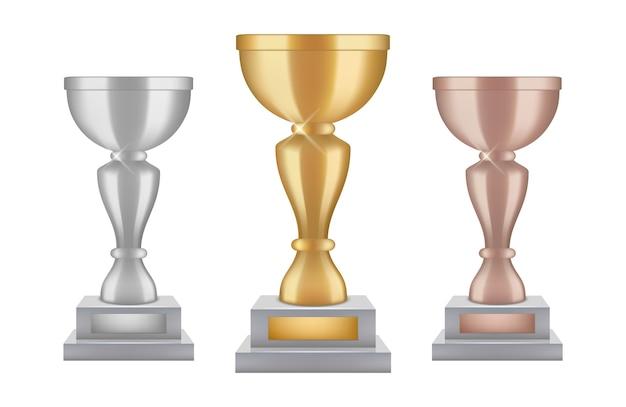 リアルなトロフィー。ゴールドシルバーブロンズアワードカップコレクション。白い背景で隔離のベクトル輝きトロフィー。イラストスポーツチャンピオンシップカップ、優勝者へのセレモニー