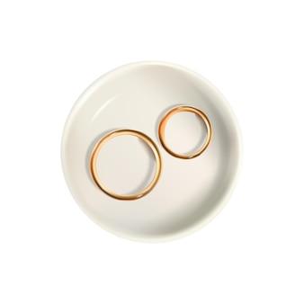 Реалистичные обручальные кольца на тарелке