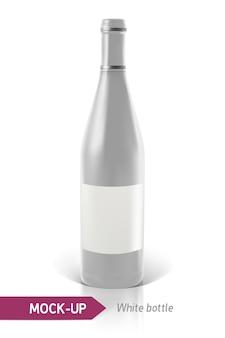 反射と影と白い背景の上のリアルな白いワインまたはカクテルのボトル