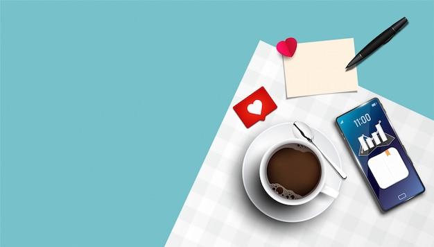 Реалистичная белая чашка кофе с блюдцем и смартфон.