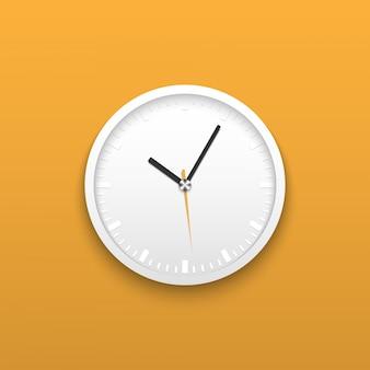 Реалистичные белые настенные офисные часы на желтом фоне