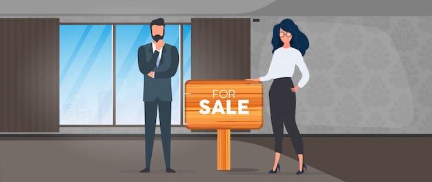 판매 사인이있는 부동산. 소녀와 남자는 부동산 중개인입니다. 아파트, 주택 및 부동산 판매의 개념. 외딴.