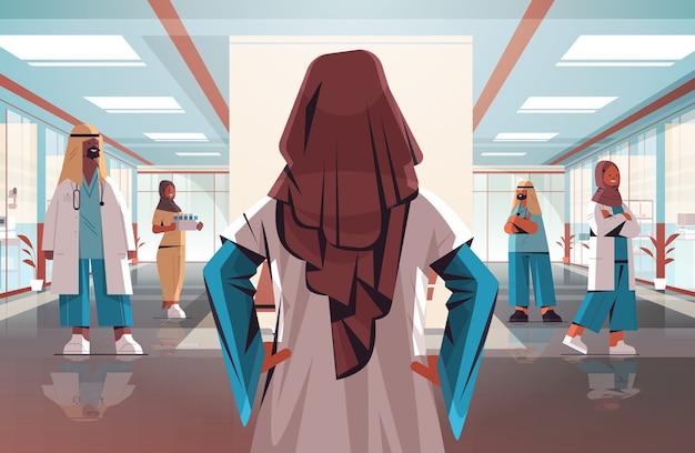 背面図女性医師がアラビア語の医師チームと統一医療ヘルスケアの概念病院内部水平ベクトル図