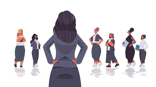 믹스 레이스 기업인 여성 팀 리더십 비즈니스 경쟁 개념 가로 고립 된 그림 앞에 서 후면보기 여성 지도자