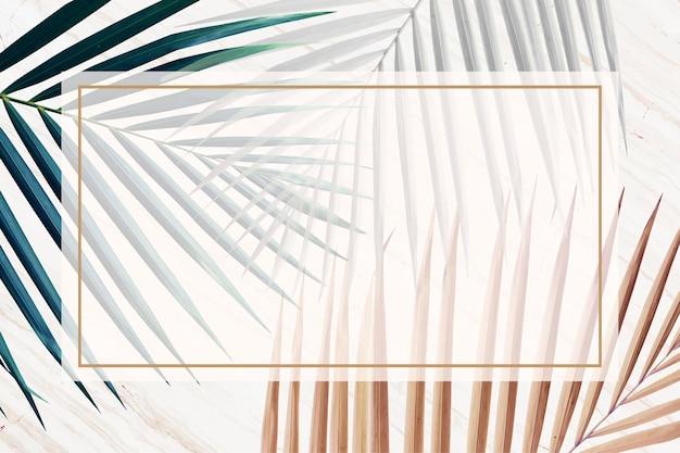 Cornice rettangolare su uno sfondo di foglie metalliche